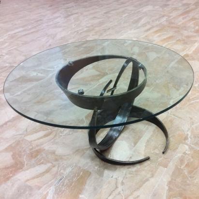 <b>Tavolo scultura</b>, 2019. </br>Acciaio ferroso di recupero e vetro extrachiaro di 2 cm.  Diametro 100 cm, altezza 55 cm.