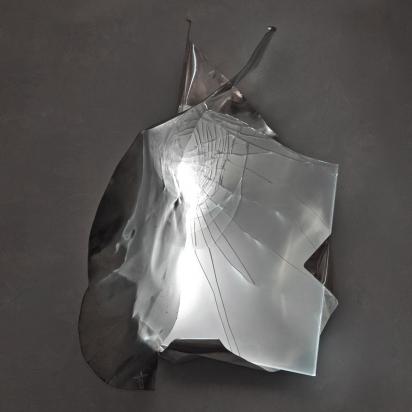 <b>Vai alla fonte</b>, 2019.</br>  Acciaio inox e vetro multistrato di recupero, illuminazione LED. 54 x 75 x 44 cm.