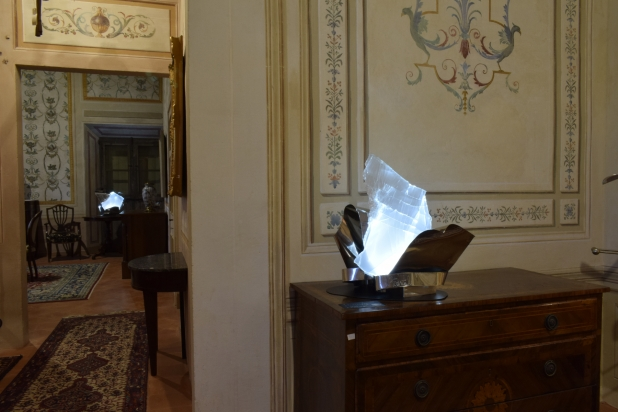 Scultura luminosa - immersa nell'arredamento di Villa De Moll