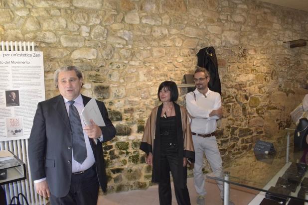 il curatore della mostra Don Roberto Tagliaferri, l'artista Franca Franchi e il gallerista Marco Rossini