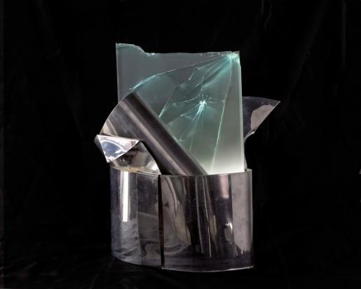 <b>Ricerca di coniugazioni</b>, 2018.</br>  Acciaio inox e vetro multistrato di recupero, illuminazione LED. 35 x 47 x 31 cm.