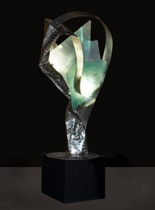 <b>La motivazione è tutto</b>, 2019.</br> Acciaio inox e vetro multistrato di recupero, illuminazione LED. 63 x 220 x 63 cm.