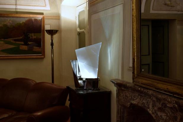 <b>Ambiente favorevole</b> - 2017 - 29x55x23 cm | Acciaio inox e cristallo multistrato riciclati, illuminazione a led.