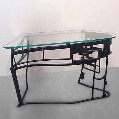 <b>Consolle scultura</b>, 2019. </br> Acciaio ferroso di recupero e vetro extrachiaro sagomato di 1,5 cm. 130 x 90 x 75 cm.