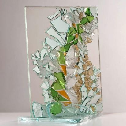<b>Cristallo d'acqua</b>, 2011.</br> Vetro, specchio e cristallo colorato di recupero. 43 x 47 x 13 cm.