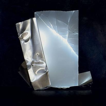 <b>Essere è essere percepiti</b>, 2017.</br> Acciaio inox e vetro multistrato di recupero, illuminazione LED. 52 x 63 x 29 cm.