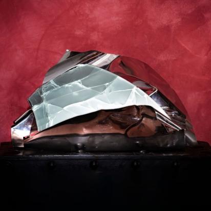 <b>Leggere di risonanza</b>, 2020.</br>  Acciaio inox e vetro multistrato di recupero di 2 cm, illuminazione LED.  Spessore del vetro 2 cm. 63 x 39 x 39 cm.