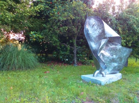 <b>Nel flusso</b>, 2020.</br>  Acciaio inox di recupero e pietra di Luserna. 157 x 210 x 90 cm.