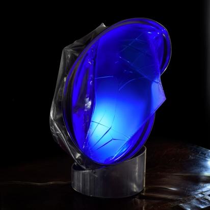 <b>Zazen</b>, 2019.</br> Acciaio inox e vetro multistrato di recupero, illuminazione LED di colore blu. 19 x 32 x 23 cm.