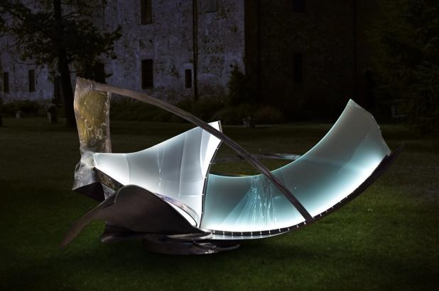 <b>Seguendo Folate di Vento</b>, 2017. Scultura luminosa per esterno, 240 x 120 x 220 cm | Acciaio inox e cristallo multistrato riciclati, illuminazione a led. Parco privato Bellagio (Lago di Como) Italy.