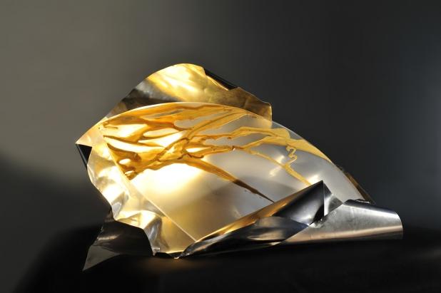 <b>Shizen (Essere così come si è)</b> - 2017 - 90x47x47 cm | acciaio, vetro satinato con pigmento oro e illuminazione a led.